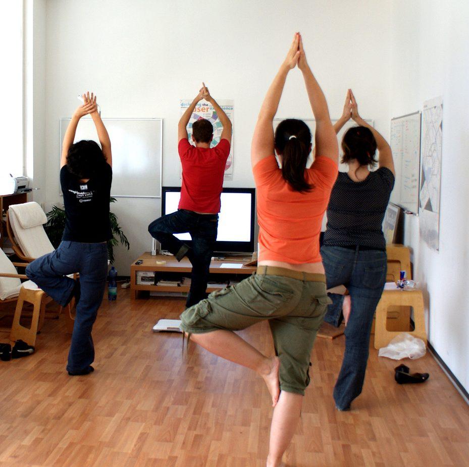 Hôpitaux, entreprises, écoles, le yoga, on s'y met tous!